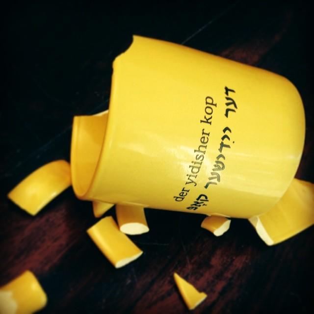 Tsebrokhener yidisher kop. #mugshot #cuphalfempty #goyishekop