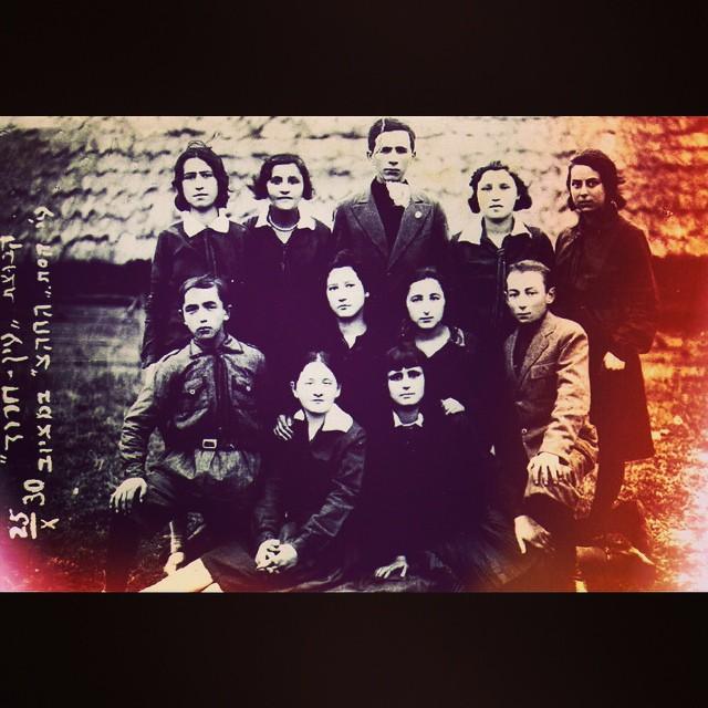 Yinge khalutsniks showing off their best #smizes for a group photo: Maciejów/Motchiov, Poland (today Lukov, Ukraine), 25 October 1930. #shabesshpatsir #shmeykhlmitdioygn